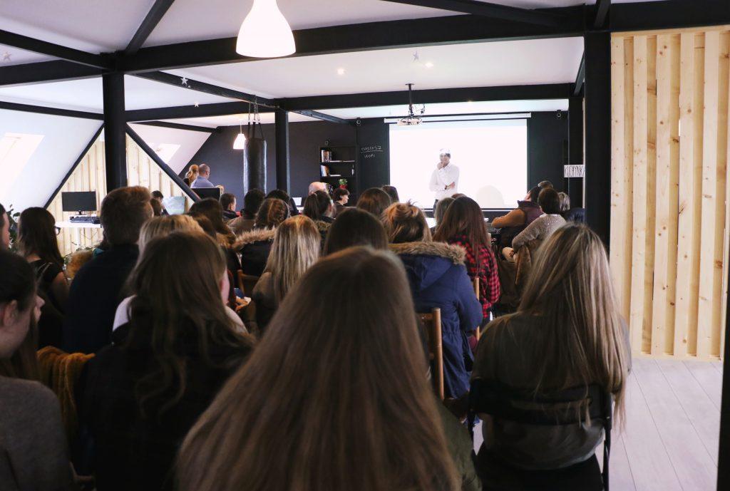Pozorná audiencia plná mladých ľudí